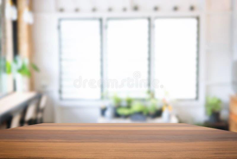Vacie la tabla de madera y el fondo borroso del extracto en o delantero fotografía de archivo libre de regalías