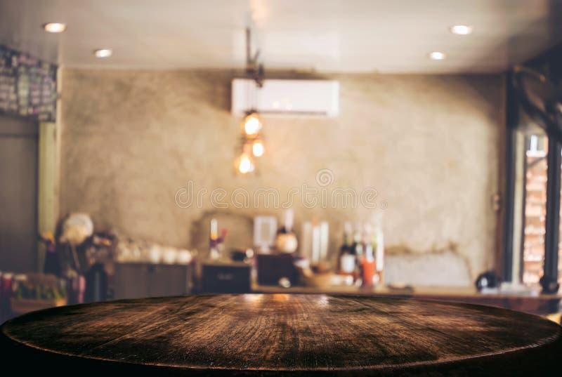 Vacie la tabla de madera y el fondo borroso del extracto en o delantero fotos de archivo libres de regalías