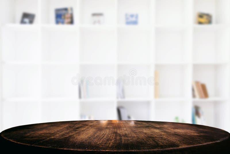 Vacie la tabla de madera y empañe el fondo del extracto delante de m imágenes de archivo libres de regalías