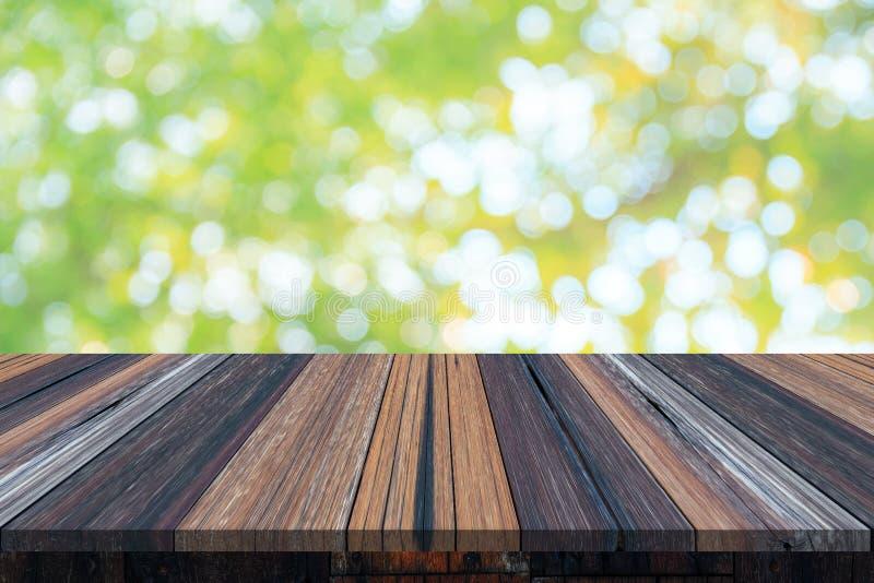 Vacie la tabla o el tablón de madera con el bokeh de la luz del árbol en el jardín o el bosque en fondo foto de archivo libre de regalías