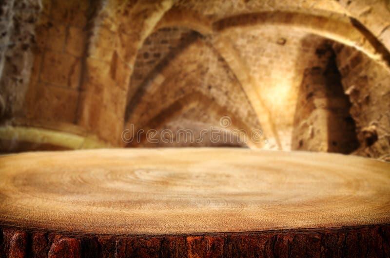 Vacie la tabla vieja delante de la torre antigua de la piedra del caballero Útil para el montaje de la exhibición del producto imagen de archivo libre de regalías