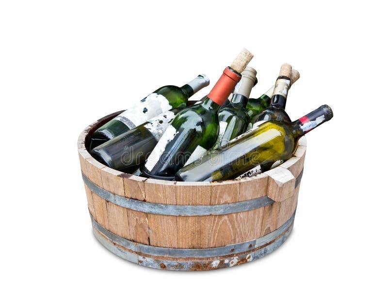 Vacie las botellas de vino en el tanque de madera fotos de archivo