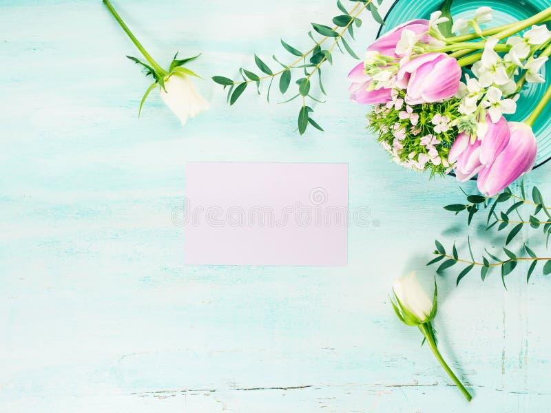Vacie los colores en colores pastel de la tarjeta de las flores de los tulipanes de la primavera púrpura de las rosas imagenes de archivo