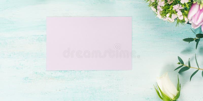 Vacie los colores en colores pastel de la tarjeta de las flores de los tulipanes de la primavera púrpura de las rosas foto de archivo libre de regalías