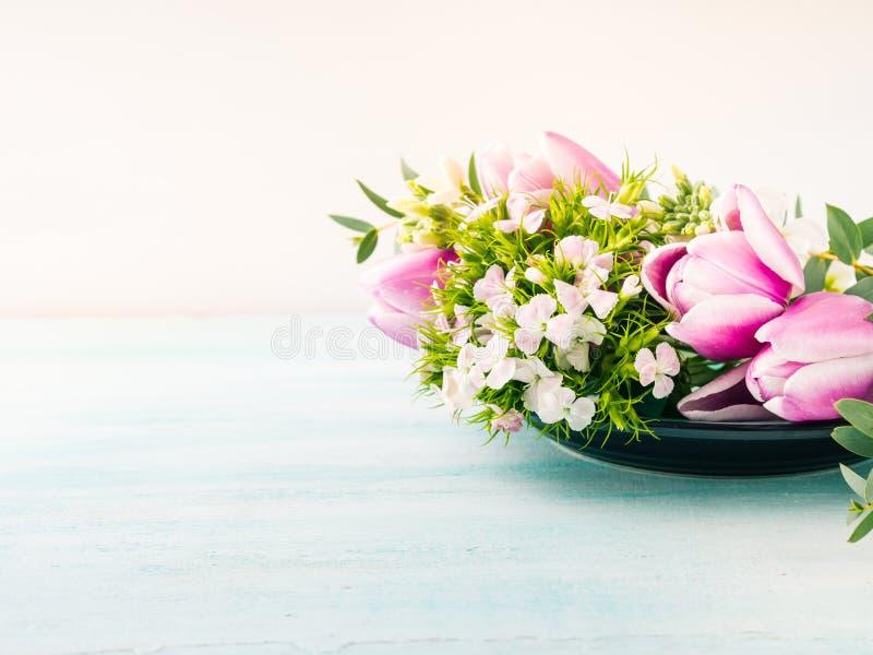Vacie los colores en colores pastel de la tarjeta de las flores de los tulipanes de la primavera púrpura de las rosas foto de archivo