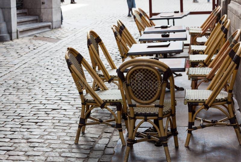 Vacie los vectores del café en cuadrado cobbled Bruselas imagenes de archivo