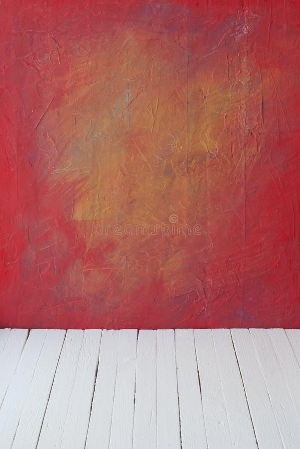 Vacie un interior del color del sitio del vintage sin techo de la pared del cemento del grunge de la pintura y del piso de madera imagenes de archivo