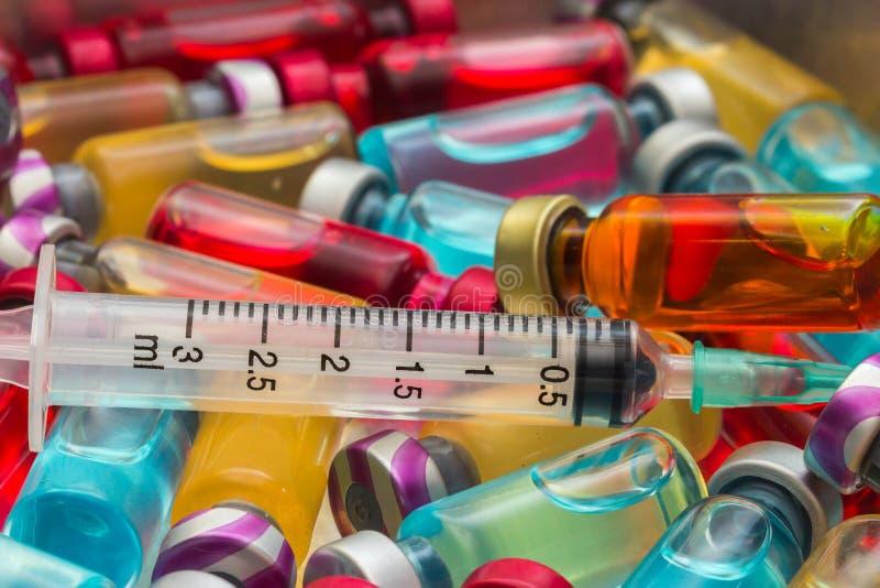 a vacina e uma seringa hipodérmico fotografia de stock