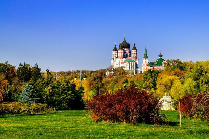 vacker ortodox kyrka omgiven av träd på varm hösteftermiddag royaltyfria foton