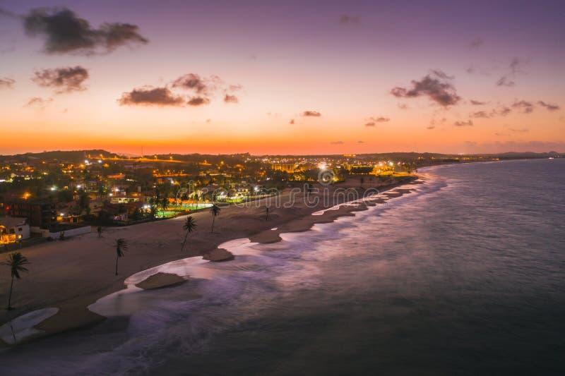 Vackers syn på stranden Cumbuco, under solnedgången i Fortaleza, Brasilien arkivfoto