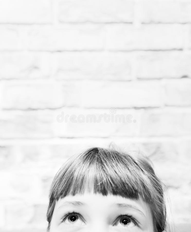 Vackra ögon på en vit flicka och en tom plats över huvudet för en text arkivfoto