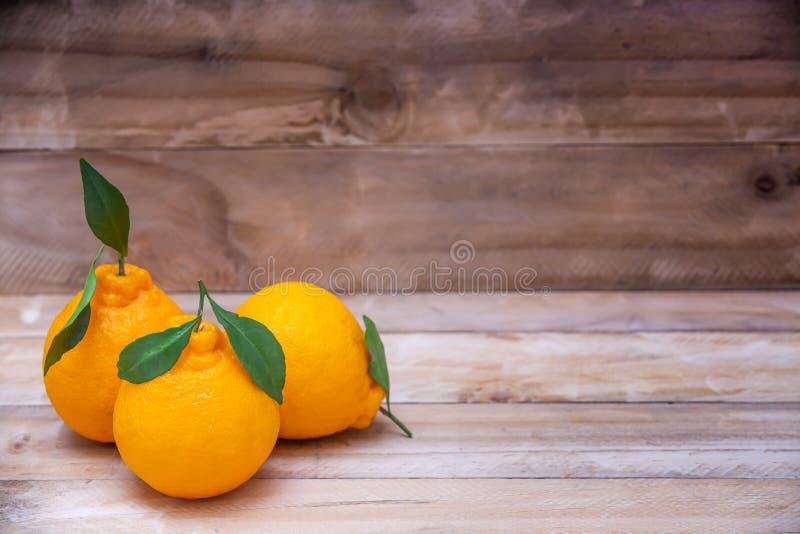 Vackra apelsiner Frukt på träbord med vitaminer bakgrund arkivbilder