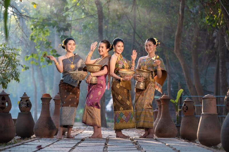 Vackra asiatiska kvinnor på thailändska traditionellt avskurna vatten arkivfoton