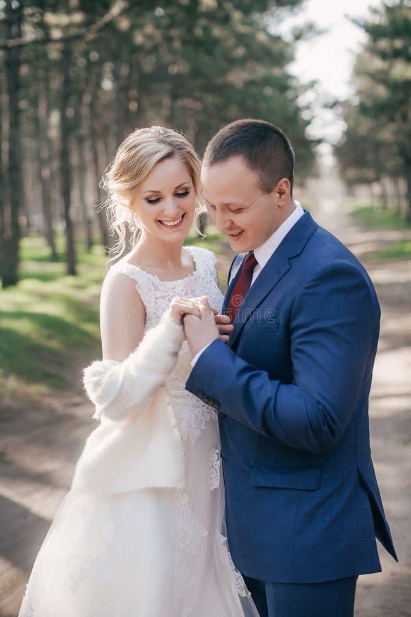 Vackra brudar och skum i vit klädsel i höstträdgården royaltyfri foto