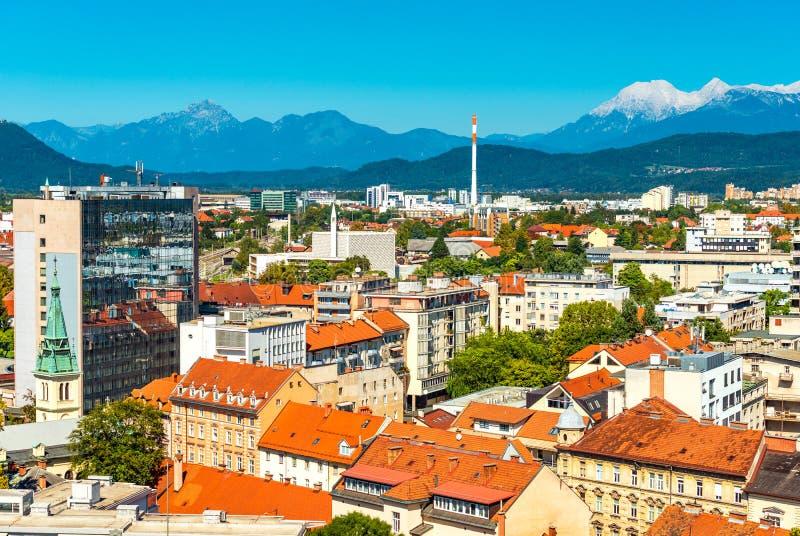 Vackra citylester i Ljubljana, panoramisk syn på den europeiska staden med bergen Alps i bakgrunden, Slovenien arkivbilder