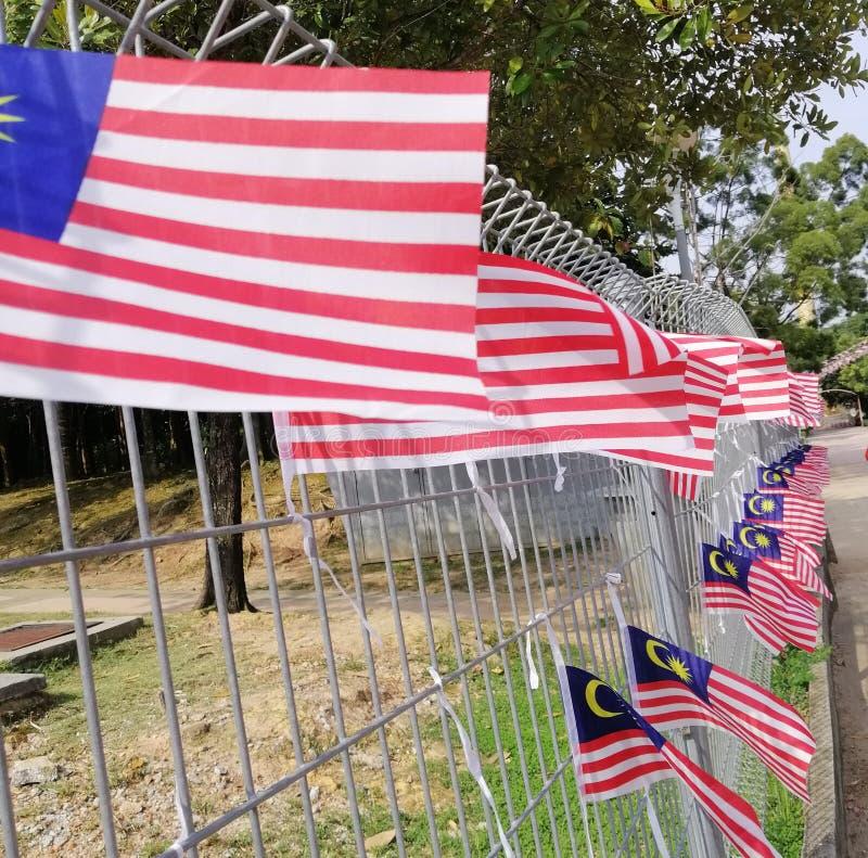 Vackra dekorationer av malaysiska flaggor som hänger på metallväggen Patriotiskt begrepp arkivbilder