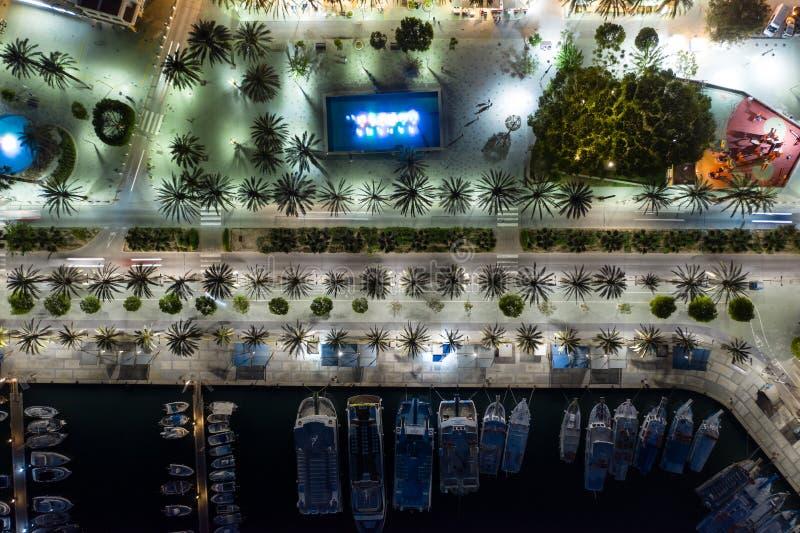 Vackra flyg på nattstadens kust royaltyfri foto