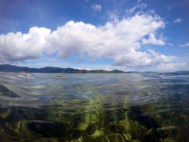 Vackra havsytan och öarna vid horisonten Liggande Filippinerna Palawan royaltyfri bild