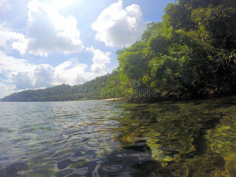 Vackra havsytan och öarna vid horisonten Liggande Filippinerna Palawan arkivfoton