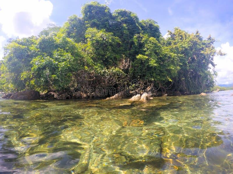 Vackra havsytan och öarna vid horisonten Liggande Filippinerna Palawan royaltyfri foto
