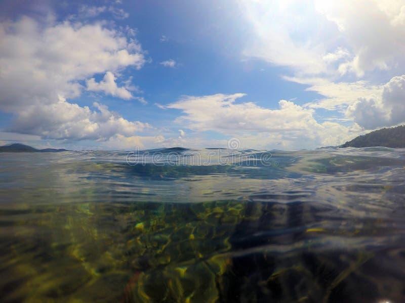 Vackra havsytan och öarna vid horisonten Liggande Filippinerna Palawan royaltyfria bilder