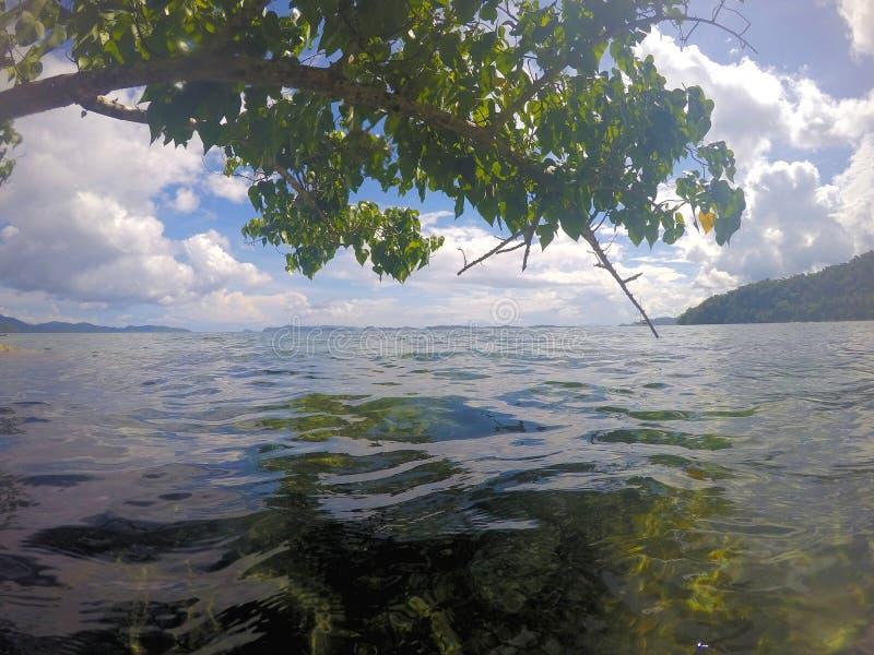 Vackra havsytan och öarna vid horisonten Liggande Filippinerna Palawan arkivfoto