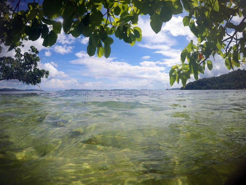 Vackra havsytan och öarna vid horisonten Liggande Filippinerna Palawan arkivbild