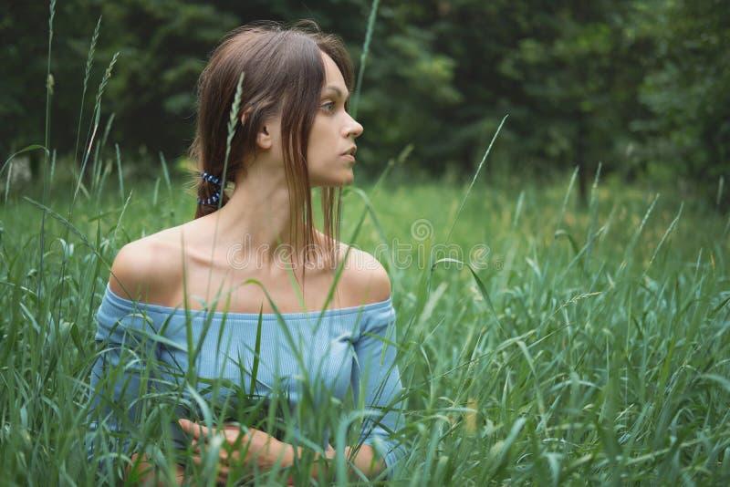 Vackra kvinnor i gräs Porträtt av flicka utomhus arkivfoton