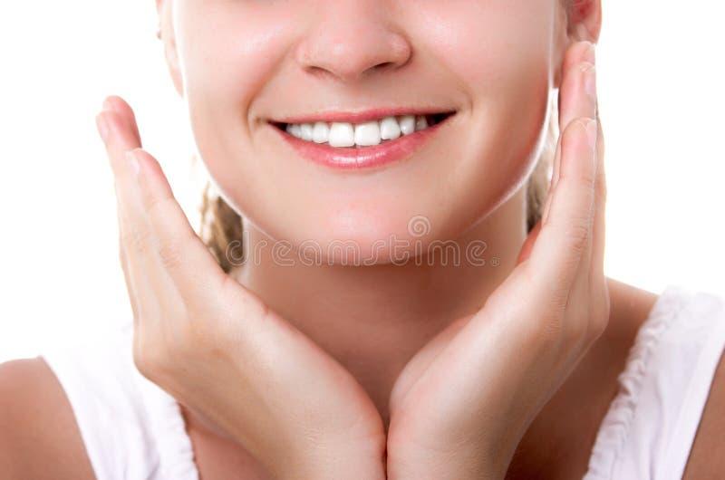 Vackra kvinnor som leker med friska tänder royaltyfri bild