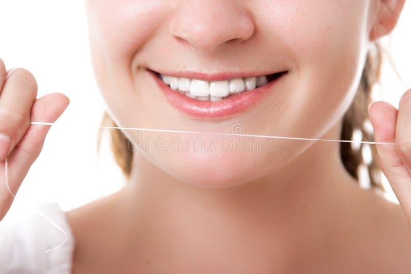 Vackra kvinnor som leker med tandtråd, lyckligt ansikte royaltyfria bilder