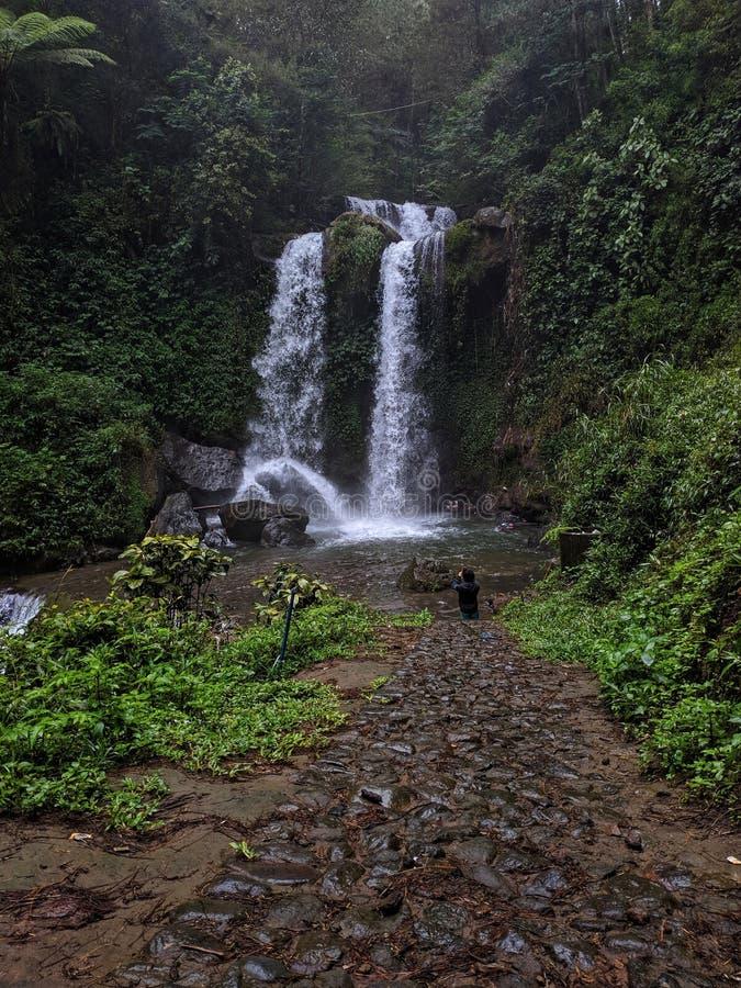 Vackra landskapet i Grenjengan kembar vattenfall, Magelang Indonesia royaltyfri foto