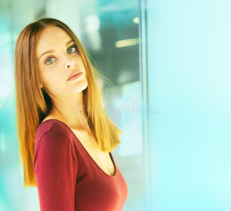 Vackra modeller, elegant attityd, tunnelbakgrund fotografering för bildbyråer