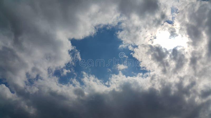 Vackra molnens bakgrund, klart synliga linjer med vita moln och blå himmel, toppen är ett solsken royaltyfri foto
