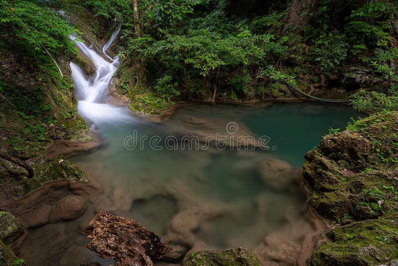 Vackra naturscenen i Erawan arkivfoto