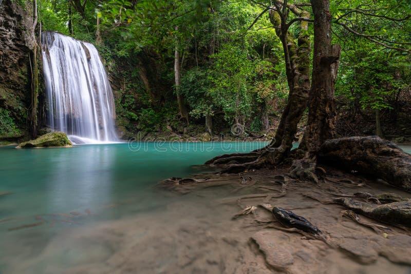 Vackra naturscener av Erawan vattenfallsnivå tre med den gröna pond som kallas Pah Num Tok royaltyfri fotografi