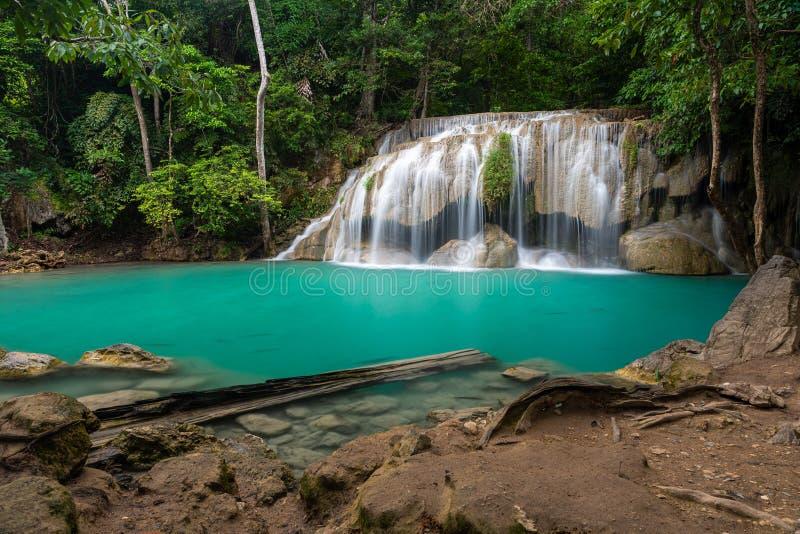 Vackra naturscener av Erawan vattenfallsnivå två med den gröna dammen Wang Mutcha royaltyfria foton