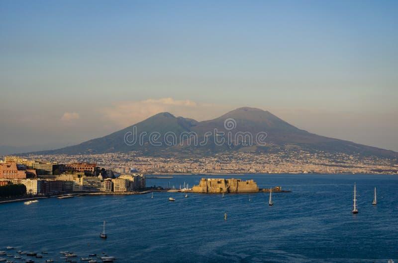 Vackra solnedgången över Neapel i Italien på berget Vesuvius bakgrund från Posillipo hill arkivbild