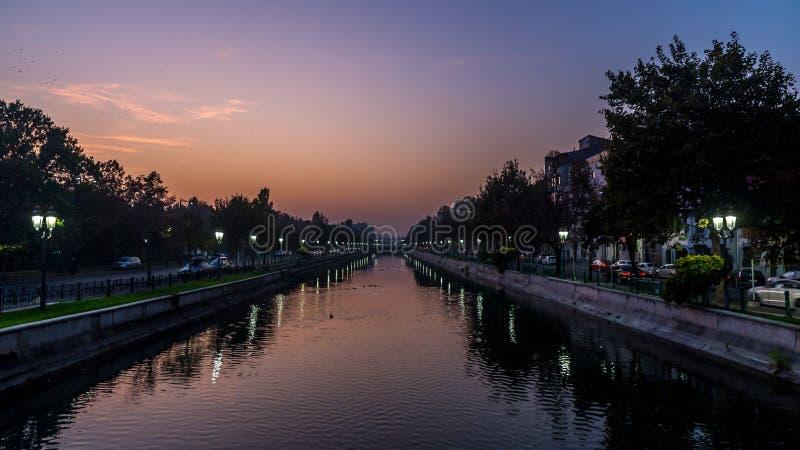 Vackra solnedgången Bukarest Romania Bucuresti Dambovita Landskapsreflexion royaltyfri foto