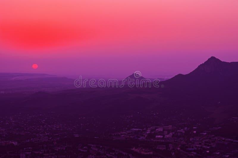 Vackra solnedgången i bergen av kaukasiska mineralvatten Stavropolområdet Ryska federationen arkivbild