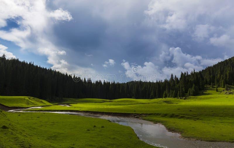 Vackra sommarlandskap i avlägsna landsbygdsområden i Europas berg, med stormmoln arkivfoton