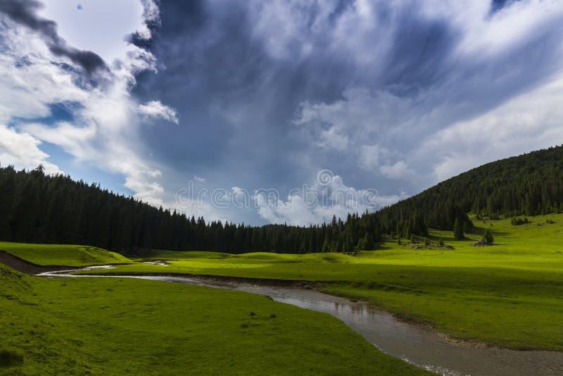 Vackra sommarlandskap i avlägsna landsbygdsområden i Europas berg, med stormmoln royaltyfri bild