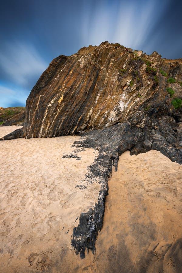 Vackra stenar och klippor vid en strand i Alentejo-regionen, Portugal arkivfoton