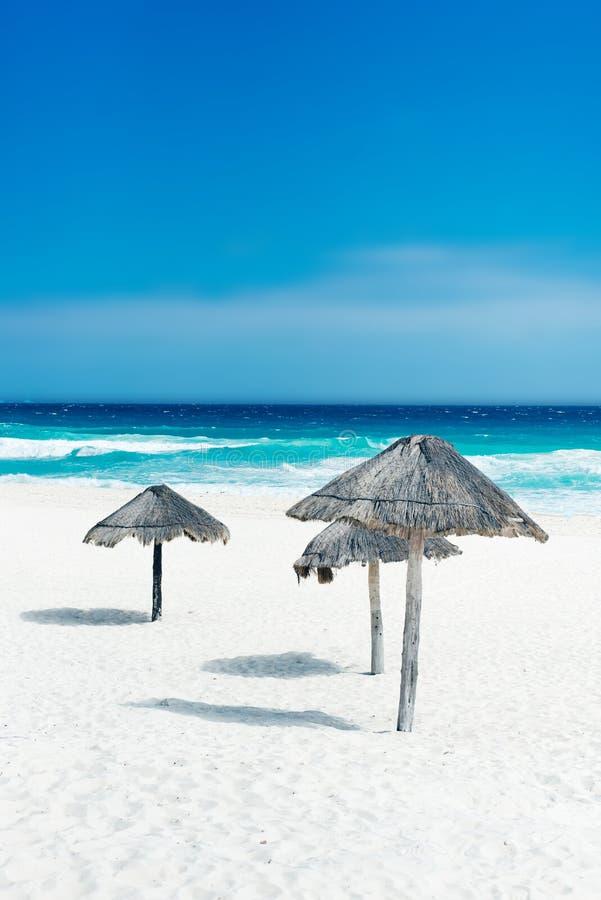 Vackra stranden i Cancun, Mexiko - Playa Delfine fotografering för bildbyråer