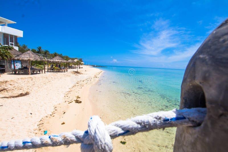 Vackra stranden med vit sand royaltyfria foton