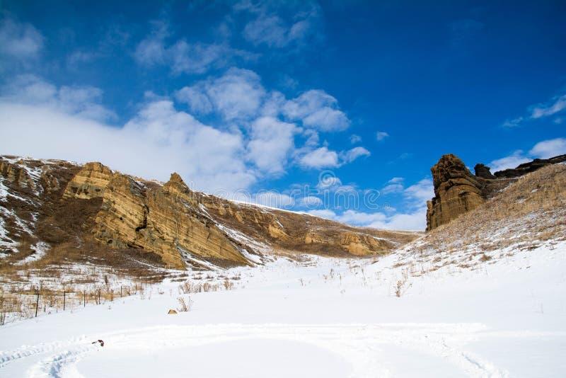 Vackra vinterlandskap med berg arkivbilder