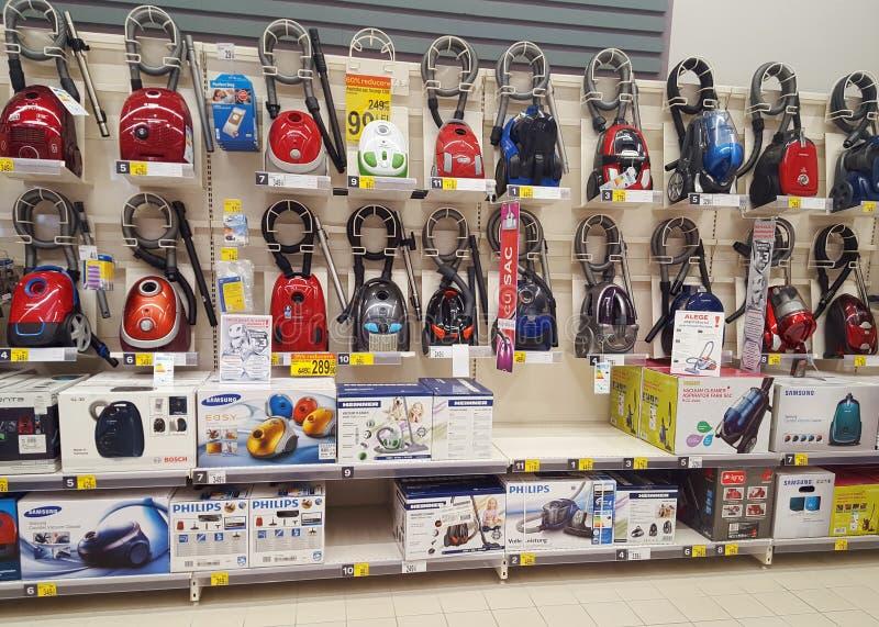 Vacum rengöringsmedel i Carrefoursupermarketlager arkivfoton