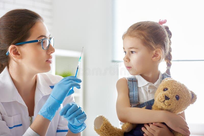 Vacunación a un niño foto de archivo