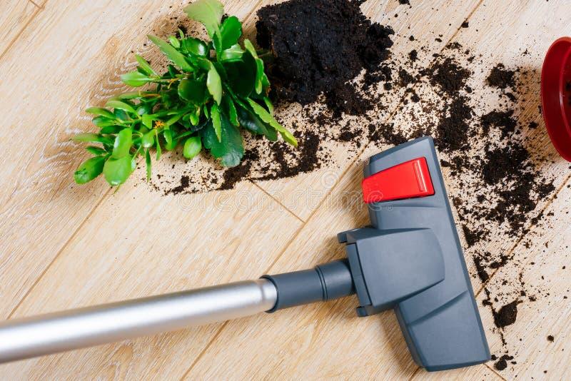 Vacuuming brud od podłoga zdjęcie royalty free