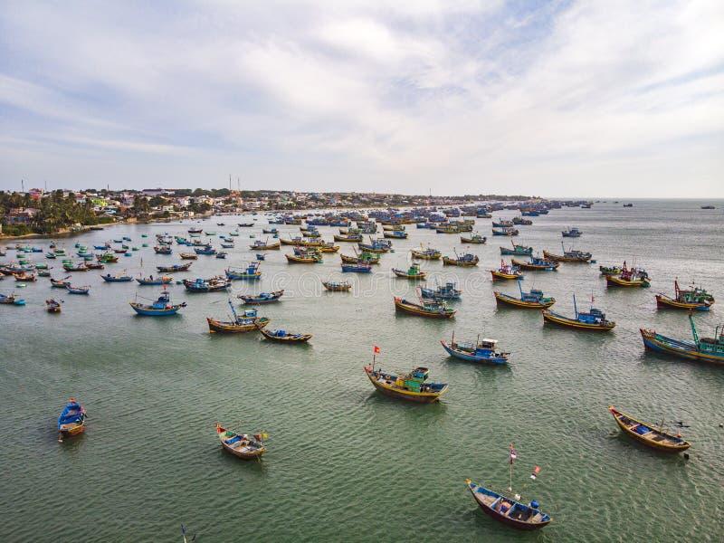 Vad många fartyg på denna strand, Mui Ne, Vietnam På en solig dag i sydliga Vietnam folkmassa av fiskarefartyg som tillbaka får f royaltyfria foton