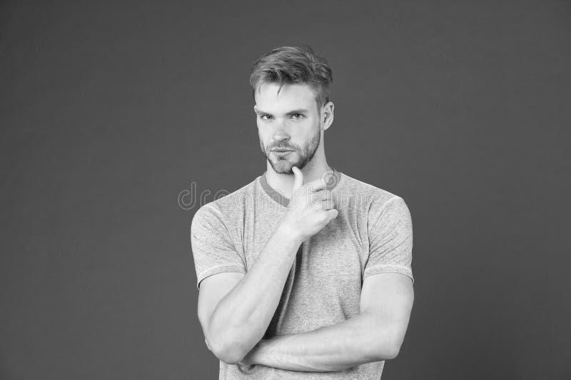Vad ?r p? hans mening Man med starka muskul?sa armar G?r att ha den muskul?sa kroppen att g?ra dig s?krare Muskul?s man royaltyfria bilder
